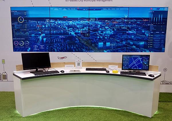 עמדת שליטה ובקרה עירונית שהוצגה על ידי וואווי. צילום: אילן אלתר