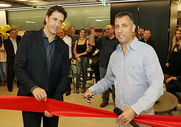 """טל טיקוצקי, סמנכ""""ל ההנדסה של ObserveIT, ומייק מאק'י, מנכ""""ל החברה, משיקים את המשרדים החדשים. צילום: ניב קנטור"""