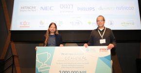 מייסדי Diagnoz.me, תמיר אפשטיין ואריאל ליבנה, מקבלים את הפרס. צילום: ניב קנטור
