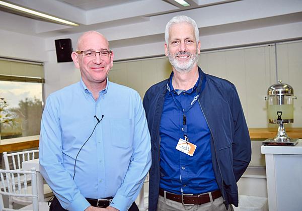 """מימין: יואב וקסלר, סמנכ""""ל תפעול בכיר ברפאל; ואורי תדמור, נשיא KLA-Tencor ישראל. צילום: רובי קוטר"""