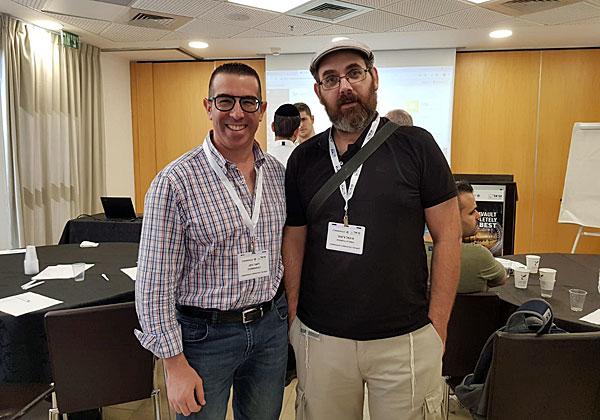 """מימין: מיכאל צא'רני, מנהל תחום תשתיות בספרייה הלאומית, וליאור גרמן, מנהל מכירות SMB בקומוולט ישראל. צילום: יח""""צ"""