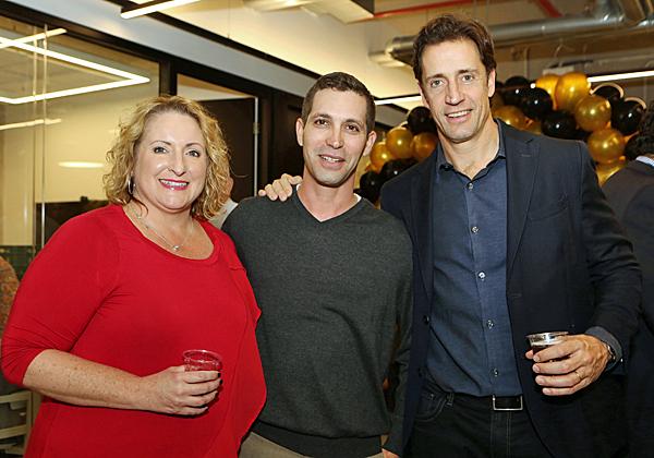 """מימין: מייק מאק'י, מנכ""""ל ObserveIT; יוגב נחום, מנהל מכירות בחברה; וניקול דורוצ'ר, סמנכ""""לית הכספים שלה. צילום: ניב קנטור"""