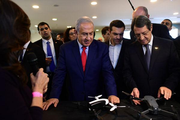 מימין: ניקוס אנסטסיאדיס, נשיא קפריסין, אלכסיס ציפראס, ראש ממשלת יוון, ובנימין נתניהו, ראש הממשלה. צילום: קובי גדעון, לע''מ