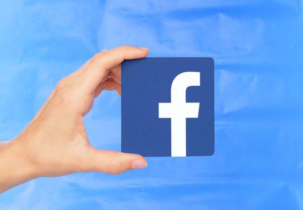 מצטרפת לטרנד השיחות הקוליות בשידור חי. פייסבוק. צילום: BigStock