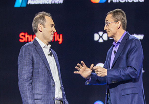פט גלסינגר, מנכ''ל VMware ואנדי ג'סי מנכ''ל AWS. צילום יח''צ
