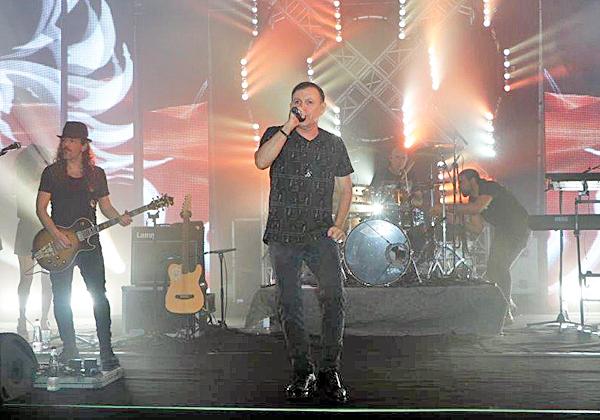חברי אתניקס שרו את כל הלהיטים של הלהקה, להנאת באי האירוע של לוג-און. צילום: אבי זיפתי