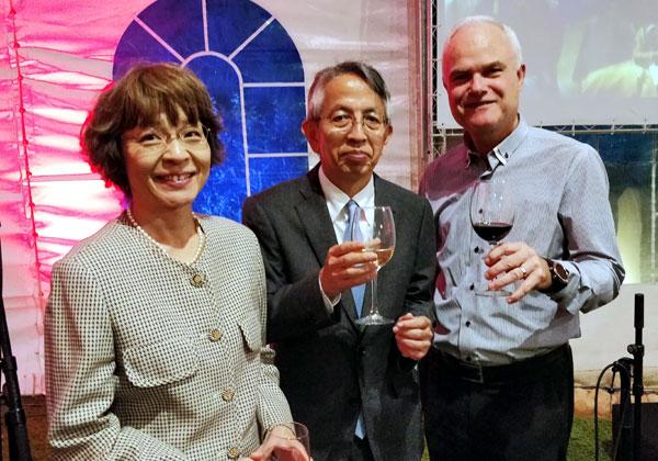 """מימין: רענן ביבר, מנכ""""ל פוג'יטסו ישראל, השגריר היפני החדש בארץ, שיגאו מאטסוטומי, ורעייתו. צילום: יח""""צ"""