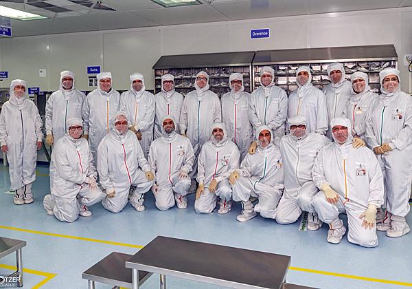 """בכירי התעשייה ב-""""חדר הנקי"""" של KLA-Tencor. צילום: טל קוצר, KLA-Tencor"""