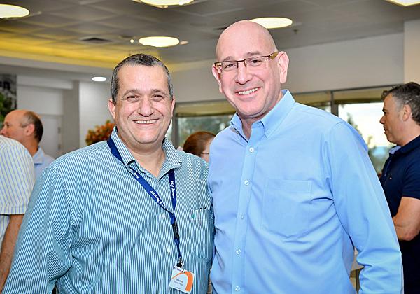 """מימין: אורי תדמור, נשיא KLA-Tencor ישראל; ושמוליק פרץ, סמנכ""""ל התפעול של אורבוטק. צילום: רובי קוטר"""
