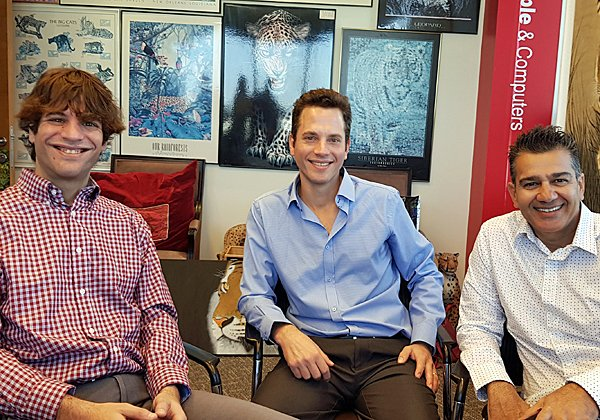 """באו לבקר במאורת הנמר: מימין - שלומי וניצן גוטמן, מייסדי Voicenter, וגולן אשטן, המנכ""""ל. צילום: פלי הנמר"""