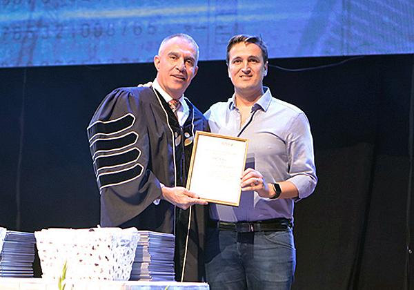 """נשיא מכללת אפקה להנדסה, פרופ' עמי מויאל, מעניק את אות הבוגר להראל טייב, מנכ""""ל Kryon Systems. צילום: אסף גאם הכהן"""