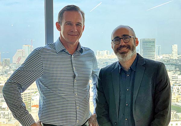 """מימין: שחר פרידמן, מנהל מרכז החדשנות של ויזה בישראל; וג'ון דייבי: מנכ״ל פעילות הדיגיטל, החדשנות וההשקעות בבנק הלאומי של אוסטרליה. צילום: יח""""צ"""