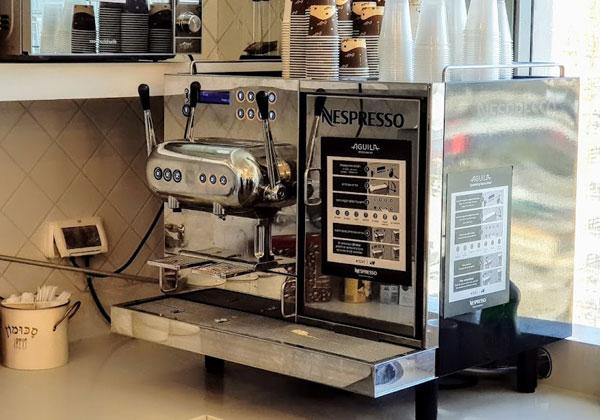 מכונת הנספרסו עובדת היטב, בלי ניסים לרווחת העובדים והמבקרים באמפרסנד. צילום: פלי הנמר