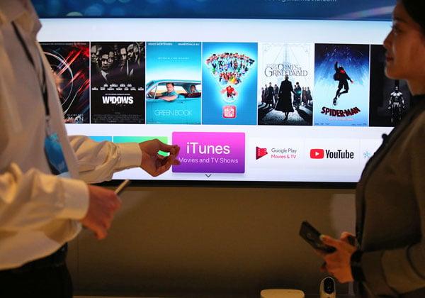 "iTunes של גבי מסך הטלוויזיה של סמסונג. צילום: יח""צ"