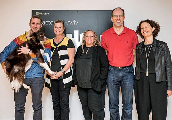 מימין: מירב דוידזון, סקוט גאת'רי, שלי לנצמן, שרלוט ירקוני ואסף רפפורט. צילום: תומר פולטין