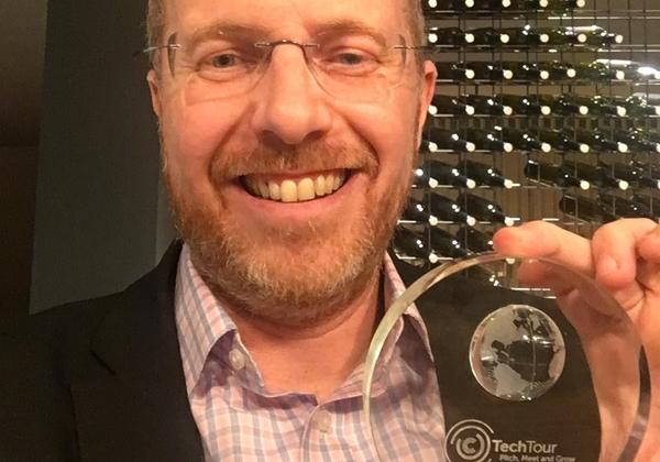 """ד''ר אילן סמיש, מנכ''ל אמאי, עם פרס EU Venture Contest בו זכו 24 חברות הזנק מתוך 1,125 חברות מועמדות. צילום: יח""""צ"""