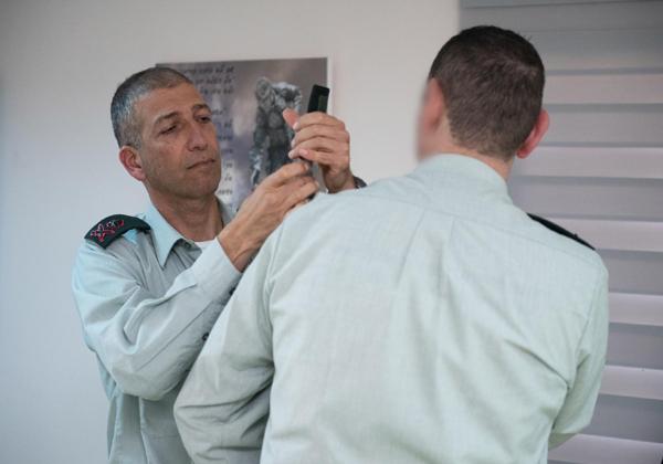"""אלוף ליאור כרמלי (משמאל), ראש אגף תקשוב והגנה בסייבר, מעניק דרגות תת-אלוף ל-ד' ראש חטיבת ההגנה בסייבר הנכנס. צילום: דובר צה""""ל"""