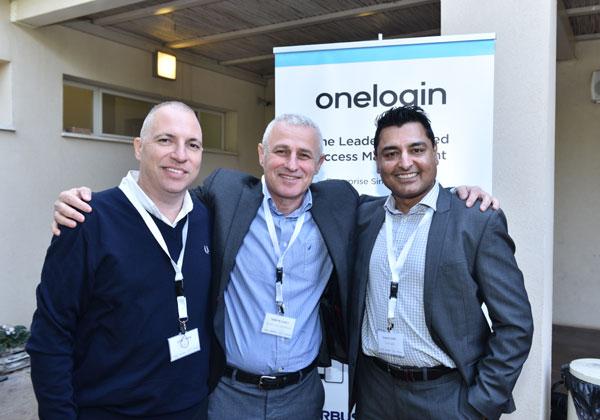 """מימין: סאני ג'ושי, מנהל מכרות לאזור EMEA ב-OneLogin; ראובן מייסטר, מנכ""""ל סימפוניה פתרונות; ואושרי שרון, מנכ""""ל DnA-IT. צילום: אלוניס צילום"""