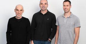 מימין לשמאל: אלון יחזקאלי, סגן נשיא אנלוג; טל תמיר, מנכ״ל Wiliot; ירון אלבוים, סגן נשיא ומנהל פיתוח Wiliot. צילום: דיוויד גראב