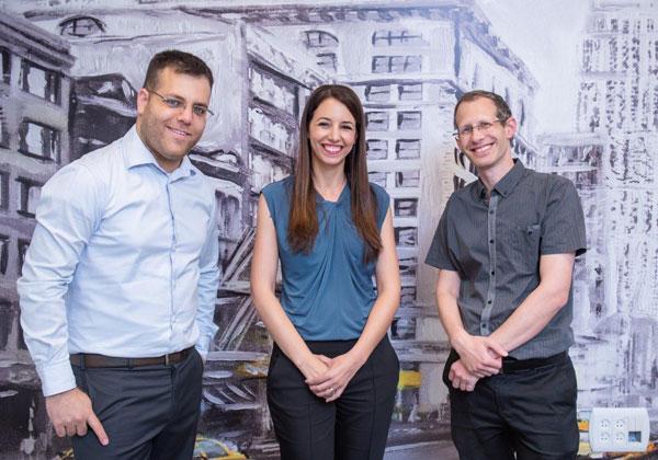 """מייסדי היילו. משמאל: אור דנון, המנכ""""ל; הדר צייטלין, מנהלת הפיתוח העסקי; ואבי באום, מנהל הטכנולוגיות. צילום: ערן טיירי"""