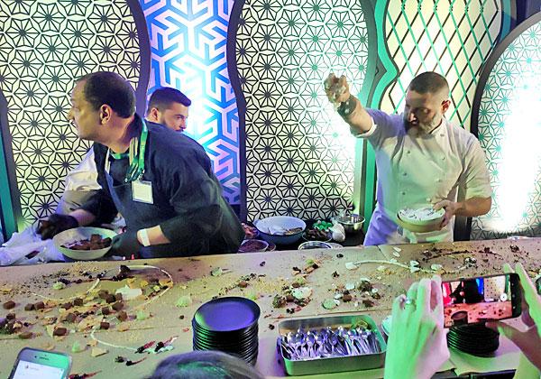 השף אסף גרניט מכין את המתוקים. צילום: יניב הלפרין