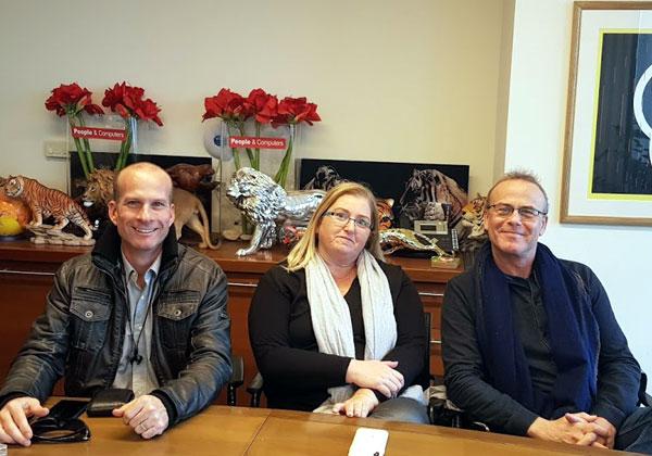 באו לבקר במאורת הנמר: חברי הנהלת וולף תקשורת - רוני וולף (מימין), לימור רוזנטל וארז בנק. צילום: פלי הנמר