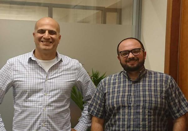 """בתמונה מימין לשמאל: מיכאל קוגן, ראש תחום פתרונות אנליטיקה ונתונים בקבוצת יעל וליאור תגור, מנהל אזור ישראל Couchbase. צילום: יח""""צ"""