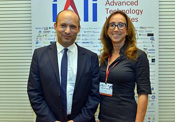 """מימין: קרין מאיר רובינשטין, מנכ""""לית IATI, והפוליטיקאי שהכי שכנע את המשתתפים - שר החינוך, נפתלי בנט. צילום: ניר שמול"""