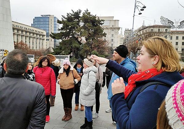אנשים ותיירים. עובדי אנשים ומחשבים מסיירים בבירת רומניה. צילום: יניב הלפרין