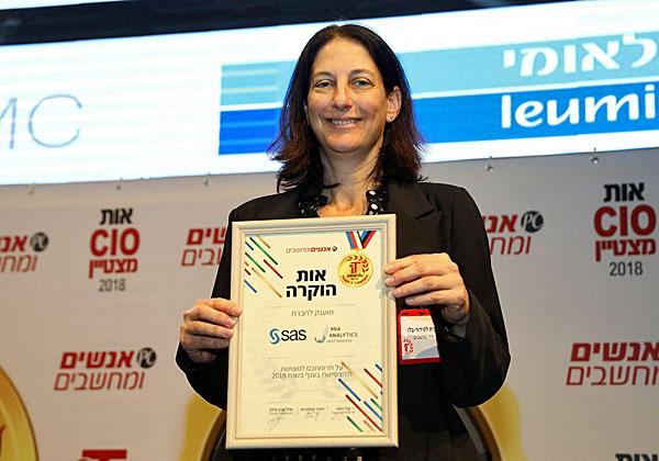 """רונית לפידור-בלו, מנכ""""לית מיה אנליטיקס, מקבלת את התואר בטק מצטייני המחשוב. צילום: ניב קנטור"""