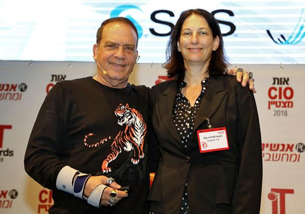 """מימין: רונית לפידור-בלו, מנכ""""לית מיה אנליטיקס, ופלי הנמר, יזם ומנהיג אנשים ומחשבים, בטקס מצטייני המחשוב. צילום: ניב קנטור"""