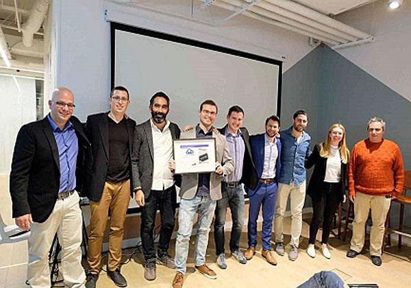 """מימין: שלושת השופטים החיצוניים באירוע - אור הירשאוגה, העורך הראשי של cTech; ליה קרונוול מ-UpWest labs; ואריאל שטרמן מקרן בסמר; ולצידם דניאל רובין, סמנכ""""ל התפעול והצמיחה של אורבן פלייס; מקסים מלמדוב ואלכסיי בייקוב, מייסדי CloudVisor - המנצחת; רומן לוי, מנכ""""ל אורבן פלייס (שאף הוא שפט באירוע); ועומרי ביתן ויניב פלג, מייסדי ומובילי האקסלרטור. צילום: נועה מוצפי"""