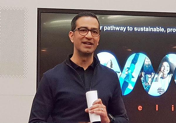 """סאנג'יי בראמאוור, מנכ""""ל Software AG, מציג את חזון החברה לצמיחה ברת קיימא ורווחיות. צילום: פלי הנמר"""