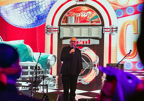 """אודי וינטראוב, מנכ""""ל משותף במלם תים, על רקע אחד מהג'וק בוקס - תיבות המוזיקה המפורסמות של שנות ה-50'. מעניין איזה שיר הוא בחר... צילום: מנש כהן"""
