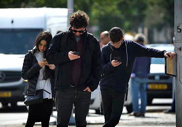 סדרה על אנשים שהצליחו להרים את העיניים מהסמארטפון - ולו לשבוע אחד. מנותקים. צילום: באדיבות כאן 11