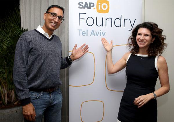 """מימין: אורנה קליינמן, מנכ""""לית מרכז המחקר והפיתוח של סאפ בישראל וסגנית נשיא בכירה לחוויית הענן בחברה, ורם ג'מבונטאן, סגן נשיא בכיר ומנכ""""ל SAP.iO Fund & Foundry. צילום: איציק בירן"""