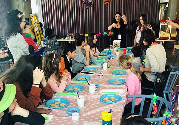 """סדנת הכנת העוגיות של ילדי עובדי דרופבוקס. צילום: יח""""צ"""