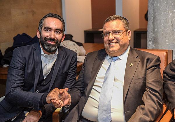 """ראש עיריית ירושלים, משה ליאון (מימין), ומנכ""""ל אורבן פלייס, חונכים את המתחם החדש של החברה בבירה. צילום: דור פיינה"""