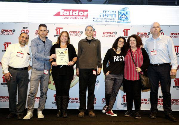 """מוקי טומשין, סמנכ""""ל אגף פיתוח ופרויקטים בקבוצת המערכות של טלדור, עם נציגי עיריית חיפה. צילום: ניב קנטור"""
