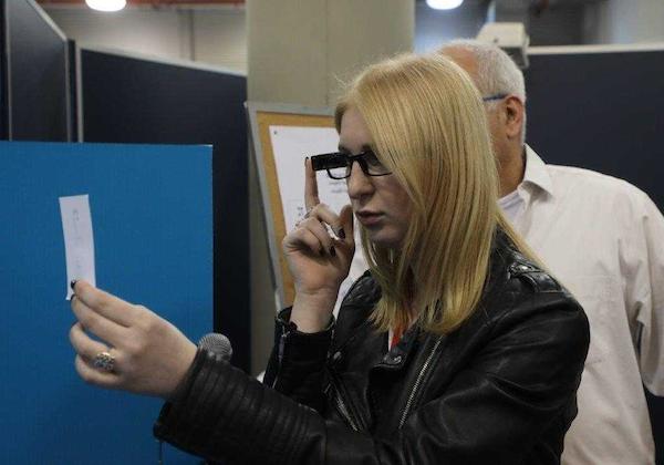 הדגמת המכשיר של אורקם המסייע לעיוורים להצביע ללא ליווי. צילום: וועדת הבחירות לכנסת .