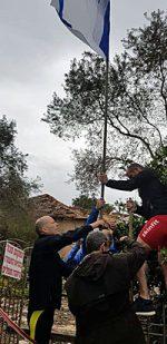 רוברט וולף ונציגי נבחרת הטאף מאדר תולים את דגל ישראל בחצר הבית ההרוס של המשפחה. צילום: גילי חנוך