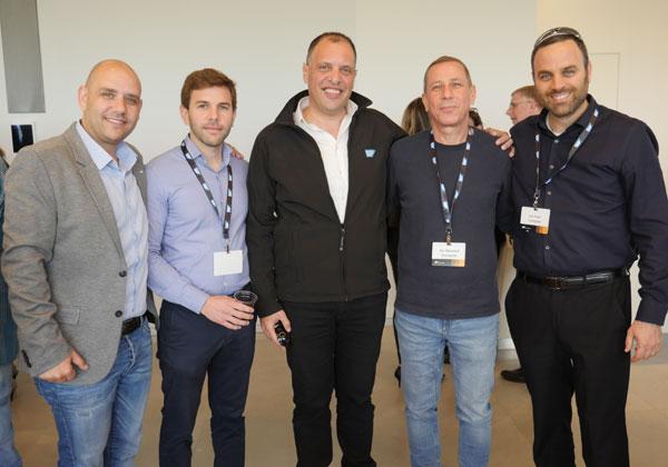 """מימין: עוזי יערי, מנכ""""ל קומפליט; אבי שטיינהוף, סמנכ""""ל המכירות של קומפליט; גדי רחלזון, סמנכ״ל פתרונות SMB בסאפ ישראל; מתן הולנדר, סמנכ""""ל הפיתוח העסקי של מוביסופט; וארז דהן, מנהל פעילות SAP Business One בסאפ ישראל. צילום: אורן אגמי"""
