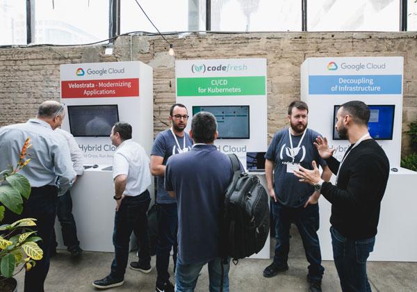 תחנות ההדגמה של פתרונות Google Cloud על רצפת הכנס. צילום: תומר פולטין