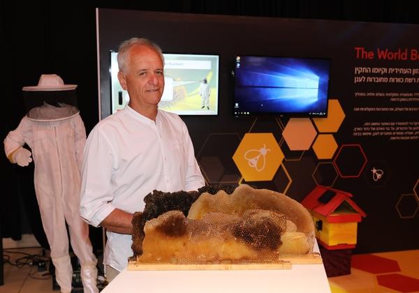יוסי אוד, ממייסדי המרכזים העירוניים לגידול דבורים וארגון מגן דבורים אדום. צילום: עזרא לוי