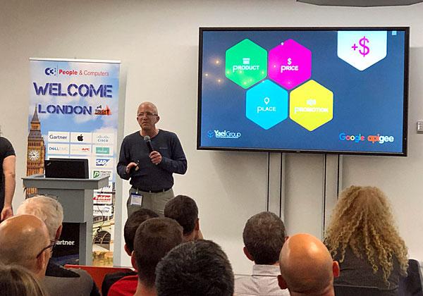 """עמית דובר, משנה למנכ""""ל קבוצת יעל, בהרצאתו במסגרת הכנס של פורום C3 מבית אנשים ומחשבים בלונדון. צילום: שי וייס"""