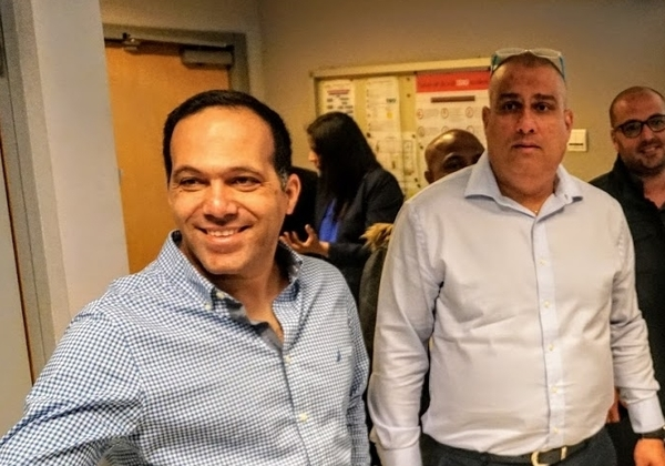 """משמאל: אשר בוחניק, מנהל מותג Eaton ב-CMS, וליאור גולן, סמנכ""""ל תפעול ומכירות ביעל פתרונות משולבים, ספקית שירותים לאיטון בישראל. צילום: פלי הנמר"""