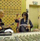 צפו: יזהר כהן והמחשב בשיר אהבה אירוויזיוני