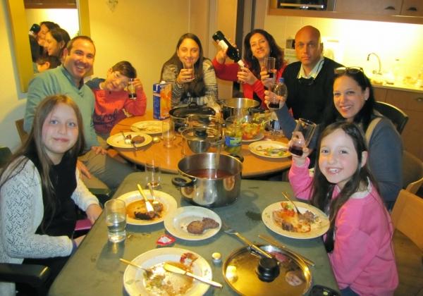 משפחת גביש בליל הסדר בכפר הנופש של סנטר פארקס. צילום: אלבום פרטי