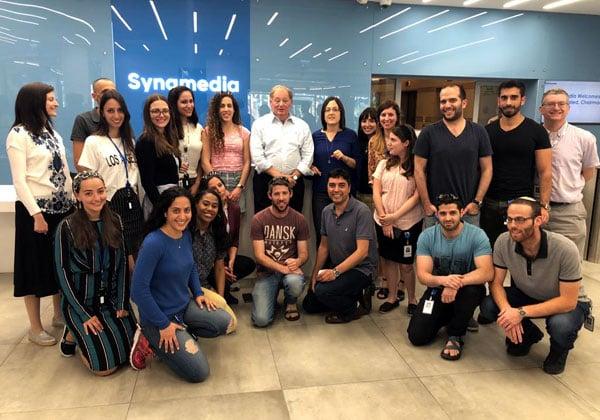 """אייב פלד, יו""""ר סינמדיה, עם מנהלים ועובדים בחברה בטקס הסרת הלוט במרכז הפיתוח החדש שלה בירושלים. צילום: יח""""צ"""