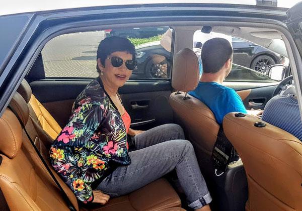 """דליה אסיא-פלד, הקוסמת ומנכ""""לית אנשים ומחשבים, מתרווחת לה במכונית האוטונומית של יאנדקס לקראת נסיעת המבחן. צילום: פלי הנמר"""